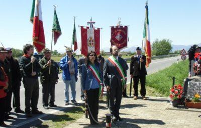 I sindaci Baracco e Leone al cippo di Strada Leinì