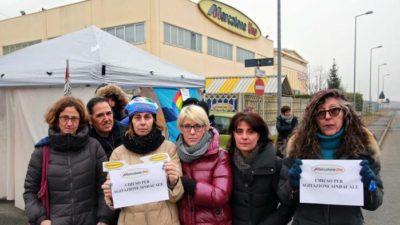 Immagine di repertorio: lavoratori in presidio davanti al punto vendita di Mappano